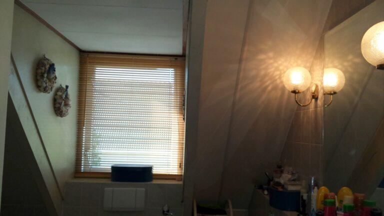 badkamer voor de verbouwing met kleine dakkapel